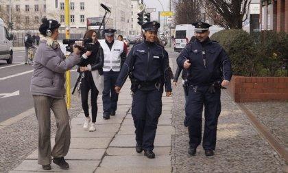 Betul bringt uns zur Polizei